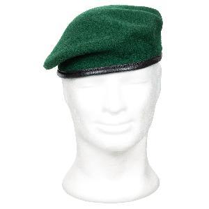 datând o beretă verde armată